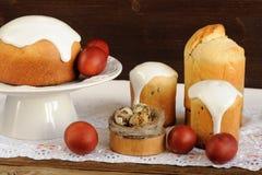 Kulichi, traditionele Russische Pasen-cakes, geverft eieren en vogelne stock fotografie