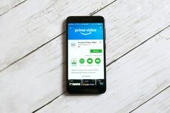 KULIM, MALASIA - 11 DE ABRIL DE 2018: El Amazonas prepara el uso video en una tienda del juego de Google del androide imagenes de archivo