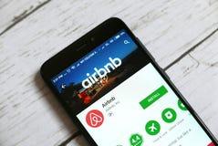 KULIM, MALASIA - 11 DE ABRIL DE 2018: Uso de Airbnb en una tienda del juego de Google del androide Fotografía de archivo