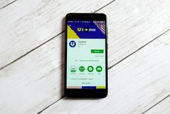 KULIM, MALASIA - 11 DE ABRIL DE 2018: Uso del buzón en una tienda del juego de Google del androide Foto de archivo libre de regalías