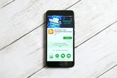 KULIM, MALASIA - 11 DE ABRIL DE 2018: Uso del navegador del UC en una tienda del juego de Google del androide Imágenes de archivo libres de regalías