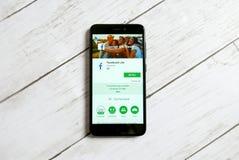 KULIM, MALASIA - 11 DE ABRIL DE 2018: Uso de Facebook lite en una tienda del juego de Google del androide Fotografía de archivo libre de regalías