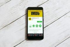 KULIM, MALASIA - 11 DE ABRIL DE 2018: Uso de IMDb en una tienda del juego de Google del androide fotos de archivo