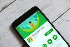 KULIM, MALASIA - 11 DE ABRIL DE 2018: Uso de la opinión de la calle de Google en una tienda del juego de Google del androide Imagen de archivo