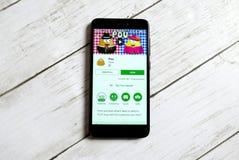 KULIM, MALASIA - 11 DE ABRIL DE 2018: Uso de Pou en una tienda del juego de Google del androide Fotografía de archivo