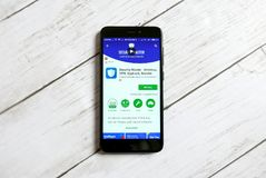 KULIM, MALASIA - 11 DE ABRIL DE 2018: Uso principal de la seguridad en una tienda del juego de Google del androide Imágenes de archivo libres de regalías