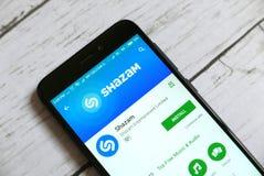 KULIM, MALASIA - 11 DE ABRIL DE 2018: Uso de Shazam en tienda androide del juego de Google Imagen de archivo