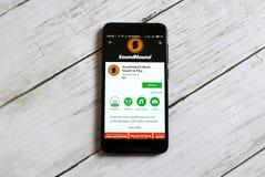 KULIM, MALASIA - 11 DE ABRIL DE 2018: Uso de SoundHound en una tienda del juego de Google del androide imagen de archivo libre de regalías
