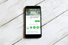 KULIM, MALASIA - 11 DE ABRIL DE 2018: Uso de Trivago en una tienda del juego de Google del androide foto de archivo libre de regalías