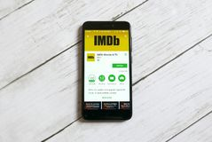 KULIM MALAYSIA - APRIL 11TH, 2018: IMDb applikation på ett lager för androidGoogle lek arkivfoton