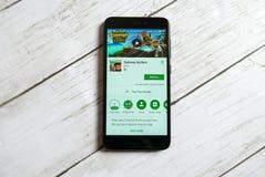 KULIM, MALESIA - 11 APRILE 2018: Applicazione dei surfisti del sottopassaggio su un deposito del gioco di Google di androide Fotografie Stock Libere da Diritti