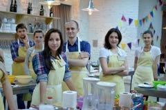 Kulinarischen, des Lebensmittels und der Leute Konzept des Kochkurses, lizenzfreies stockfoto