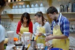 Kulinarischen, des Lebensmittels und der Leute Konzept des Kochkurses, lizenzfreie stockfotos