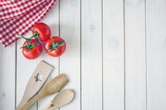 Kulinarischer Hintergrund Die weiße Holzoberfläche lizenzfreies stockfoto