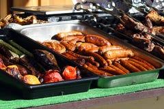 Kulinarisches Buffet mit gesundem nehmen Mahlzeit - gegrilltes Gemüse, Fische und Fleisch auf dem Straßennahrungsmittelkulinarisc lizenzfreie stockfotos