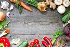 Kulinarisches Rahmenkonzept des Menülebensmittels auf hölzernem Hintergrund der Weinlese Lizenzfreie Stockfotos