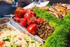Kulinarisk buffé för utomhus- kokkonst med sunt för tagande mål bort - grillade grönsaker, sallader, kött på den kulinariska mark royaltyfri foto