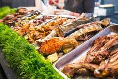 Kulinarisk buffé för utomhus- kokkonst med sunt för tagande mål bort - grillat grönsaker, fisk och kött på den kulinariska markna royaltyfri foto