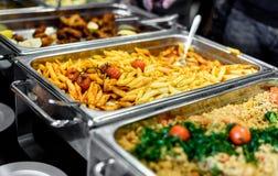 Kulinarisk buffématställe för kokkonst som sköter om äta middag matberöm fotografering för bildbyråer