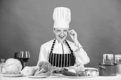 Kulinarisk utbildning Kulinarisk expert Kvinnakock som lagar mat sund mat Ingredienser f?r nya gr?nsaker f?r att laga mat m?l arkivbild