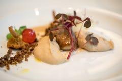 Kulinariskt konstverk Foie gras och champinjoner En festmåltid för ögonen och gommen royaltyfria bilder