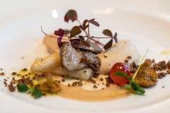 Kulinariskt konstverk Foie gras och champinjoner En festmåltid för ögonen och gommen royaltyfria foton