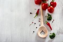 Kulinarna łyżka i warzywa kopiujemy astronautycznego jedzenia tło, weganinu lub zdrowego kulinarnego pojęcia, fotografia stock