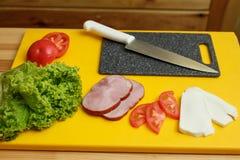 kulinarna kanapka Wszystkie ingradients dla gotować kanapkę przygotowywali na drewnianym stole zdjęcia stock