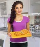 Kulinarna kobieta przy kuchnią Zdjęcia Royalty Free