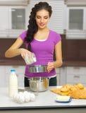 Kulinarna kobieta przy kuchnią Fotografia Royalty Free