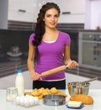 Kulinarna kobieta przy kuchnią Fotografia Stock