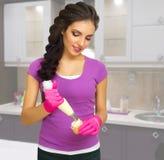 Kulinarna kobieta w kuchni Zdjęcia Royalty Free