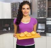 Kulinarna kobieta w kuchni Zdjęcia Stock