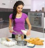 Kulinarna kobieta w kuchni Fotografia Stock