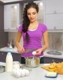 Kulinarna kobieta w kuchni Zdjęcie Stock