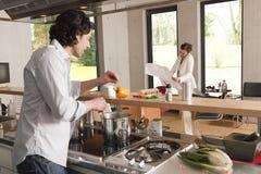 kulinarna mężczyzna planu kobieta Fotografia Royalty Free