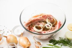 Kulinarna mięsna marynata na kuchennym bielu stole zdjęcia stock