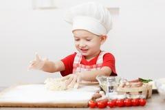 Kulinarna pizza jest zabawą - mały szef kuchni bawić się z mąką Zdjęcie Stock
