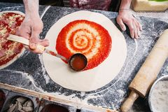 Kulinarna pizza Narzucenie pomidorowa pasta na cieście zdjęcia royalty free