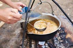 Kulinarna polewka nad ogniskiem w podwyżce Zdjęcia Royalty Free