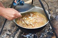 Kulinarna polewka nad ogniskiem w podwyżce Obrazy Stock