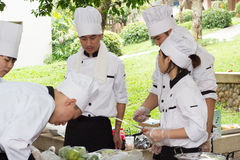Kulinarna rywalizaci szkoła zarządzanie przedsiębiorstwem ucznie (juniora żelazny szef kuchni) Zdjęcia Stock