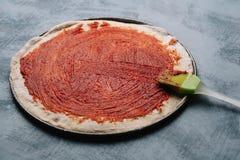 Kulinarna Włoska pizza z pomidorami, kurczak, oliwki na drewnianym tle Pomidorowy kumberland na cieście kobiety ręką obraz stock