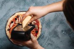 Kulinarna Włoska pizza z pomidorami, kurczak, oliwki na drewnianym tle Pomidorowy kumberland na cieście kobiety ręką obraz royalty free
