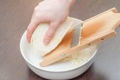 Kulinarna zdrowa sa?atka w kuchni w domu fotografia royalty free