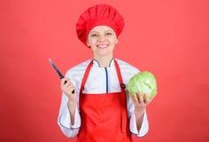 Kulinarne podstawy Najlepszy noże kupować Jest ostrożny podczas gdy cięcie Rżnięci warzywa lubią szefa kuchni Kobieta szefa kuchn zdjęcie royalty free