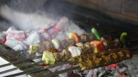 Kulinarnego grilla shish kebab na gorącym węgla drzewnego BBQ grillu z jaskrawymi płomieniami na czarnym tle, cookout pojęcie, za zbiory