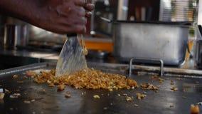 Kulinarnego kothu parotta prawdziwy popularny jedzenie w Tamilskim nadu, Kerala India i Sri Lanka Korzenny gorący Indiański naczy zdjęcie wideo