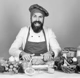 Kulinarnego procesu pojęcie Szef kuchni z pikantność, warzywami i ciastem na stole, Zdjęcie Stock