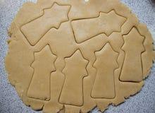 Kulinarni Bożenarodzeniowi piernikowi ciastka na popielatym tle fotografia royalty free